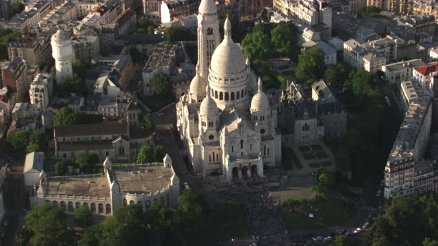 paris : the sacré-c?ur in montmartre - basilique du sacre coeur montmartre stock videos & royalty-free footage