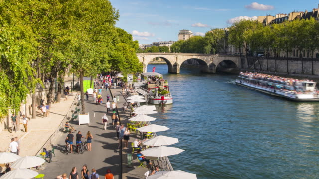 paris, time lapse of public beach along seine riverbank - flussufer stock-videos und b-roll-filmmaterial
