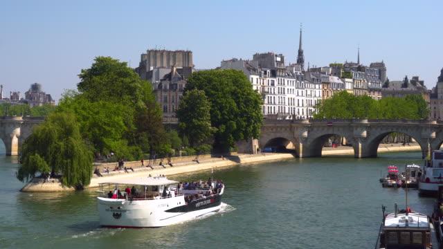 paris, tour boat on the seine river - ポンヌフ点の映像素材/bロール