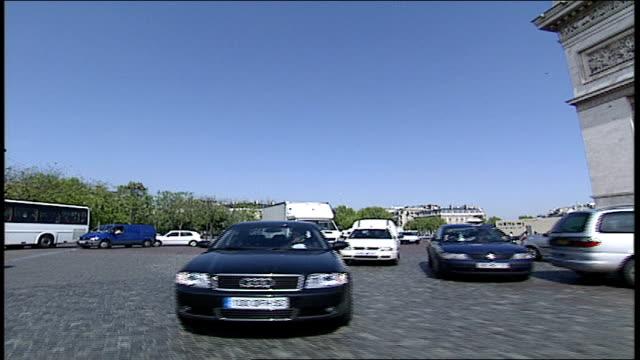 vidéos et rushes de pov of paris traffic circle with arc de triomphe - arc élément architectural