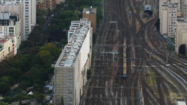vidéos et rushes de vue aérienne de paris train station gare vaugirard - voie ferrée