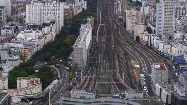 vidéos et rushes de vue aérienne de paris train station gare vaugirard - banlieue pavillonnaire