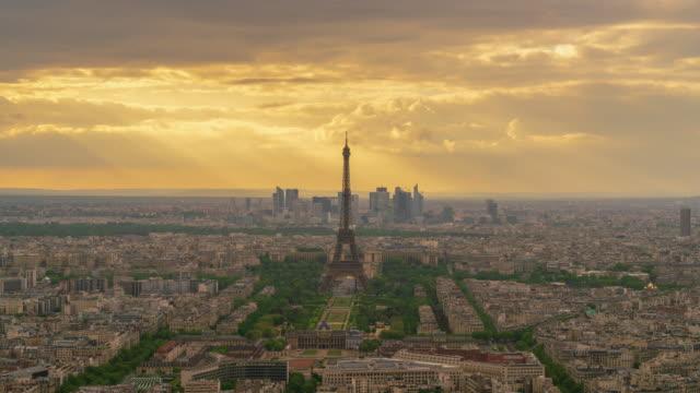 paris urbane skyline-luftaufnahme bei einbruch der dämmerung 4k zeitraffer - eiffelturm stock-videos und b-roll-filmmaterial