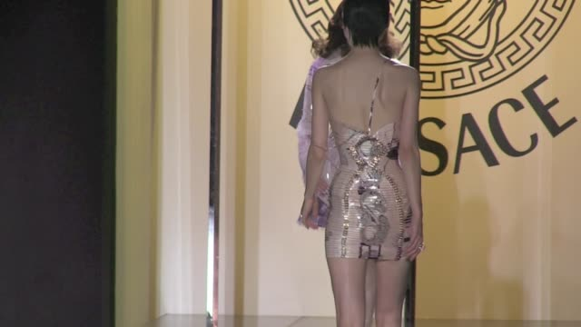stockvideo's en b-roll-footage met paris versace haute couture runway at the ritz palace 2012 paris versace haute couture runway on july 01 2012 in paris france - versace modelabel