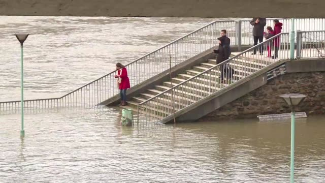 paris was on alert saturday as the swollen seine crept higher with forecasters expecting the flooding to peak before the weekend is out - île de france video stock e b–roll