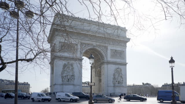 paris, winter breaks and the arc de triomphe. - パリ凱旋門点の映像素材/bロール