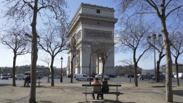 vídeos de stock e filmes b-roll de paris, winter breaks and the arc de triomphe. - arco caraterística arquitetural