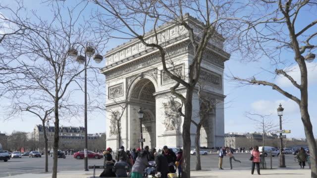 paris, winter breaks and the arc de triomphe. - auf einem bein stock-videos und b-roll-filmmaterial