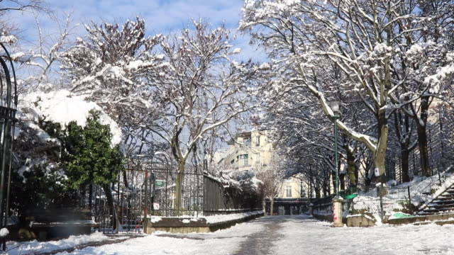 paris with snow with sun, 2018 - île de france stock-videos und b-roll-filmmaterial