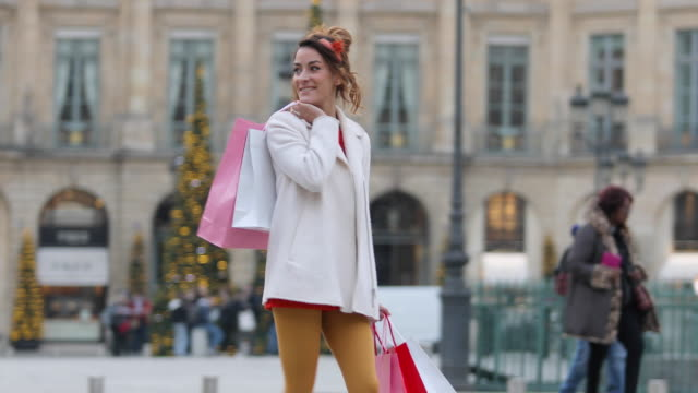 vídeos y material grabado en eventos de stock de paris, woman doing shopping on place vendome - bolsa de papel