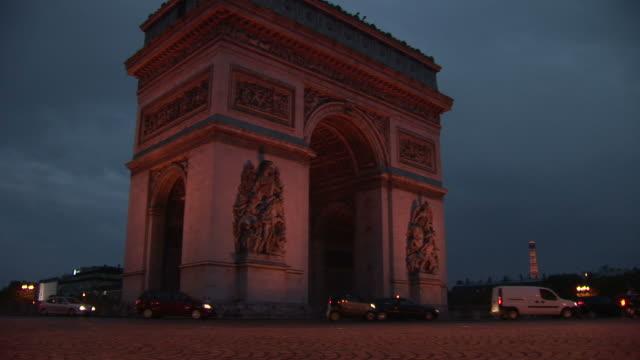vidéos et rushes de parisarc of triumph at magic hour in paris france - arc élément architectural