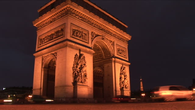 vidéos et rushes de parisarc of triumph at night in paris france - arc élément architectural