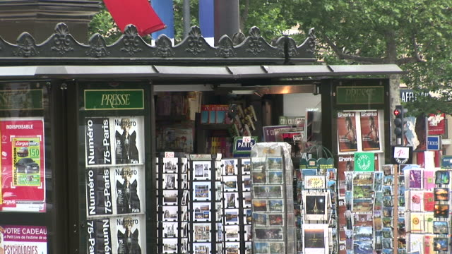 vídeos de stock, filmes e b-roll de parisbook stall in city street of paris france - frança