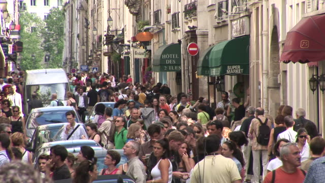 vidéos et rushes de parisbusy city street in paris france - piéton