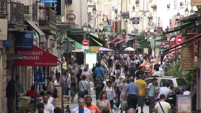 vidéos et rushes de parisbusy city street in paris france - affluence