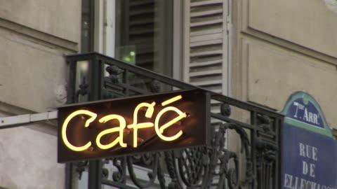 vidéos et rushes de pariscafe sign in city street of paris france - signalisation