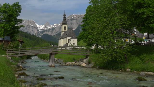 parish church against reiteralpe, ramsau, berchtesgadener land, upper bavaria, germany - ベルヒテスガーデナーランド点の映像素材/bロール