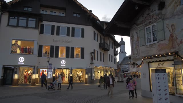 vídeos de stock, filmes e b-roll de parish church of st. martin and christmas market dusk, garmisch-partenkirchen, bavaria, germany, europe - garmisch partenkirchen
