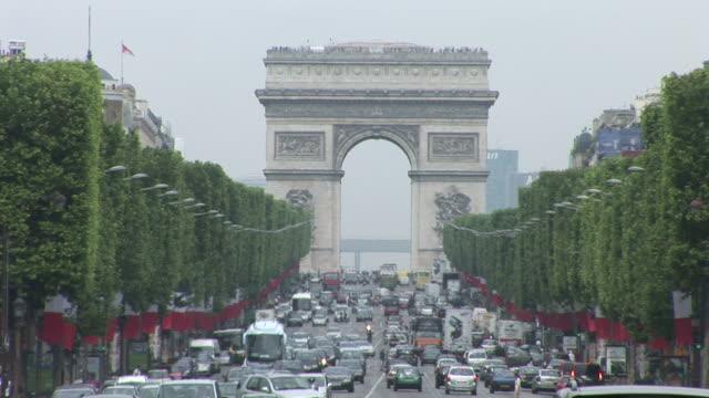 parisheavy traffic in front of arc of triumph in paris france - 凱旋門点の映像素材/bロール