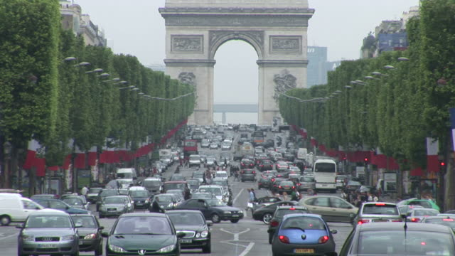 parisheavy traffic in front of arc of triumph in paris france - 凱旋門点の映像素材/bロール