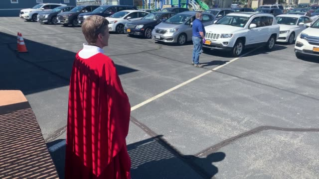 NY: Catholic Church Celebrates Drive-In Mass On Long Island During COVI-19 Pandemic