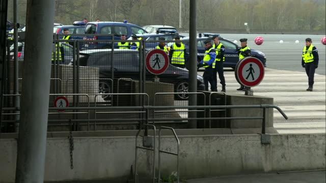 "vidéos et rushes de parisian police carrying out checks during the coronavirus lockdown - ""bbc news"""