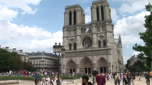 parisnotre dame cathedral in paris france - 宗教施設点の映像素材/bロール
