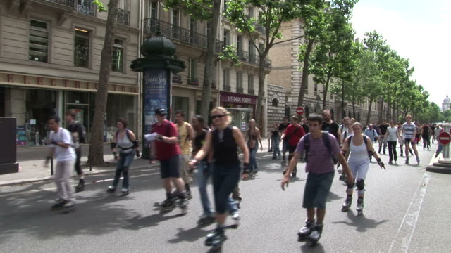 parispeople are roller skating on the road in paris france - バスティーユ点の映像素材/bロール