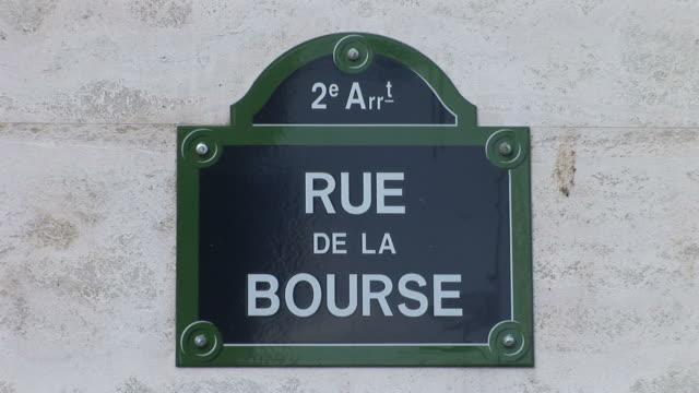 parisrue de la bourse signboard in paris france - quartier de la bourse stock-videos und b-roll-filmmaterial
