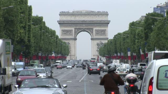 paristraffic in front of arc of triumph in paris france - 凱旋門点の映像素材/bロール