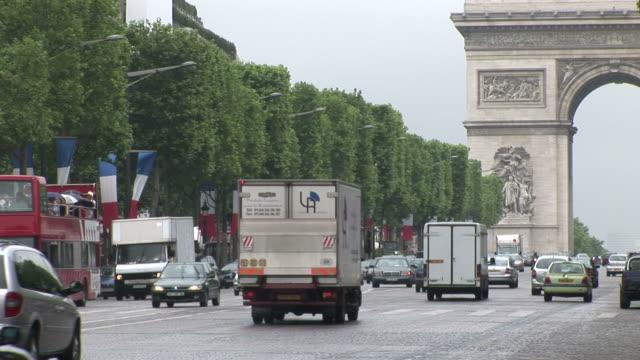 vidéos et rushes de paristraffic in front of arc of triumph in paris france - arc élément architectural