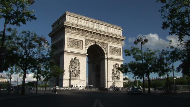 parisview of arc of triumph in paris france - 凱旋門点の映像素材/bロール