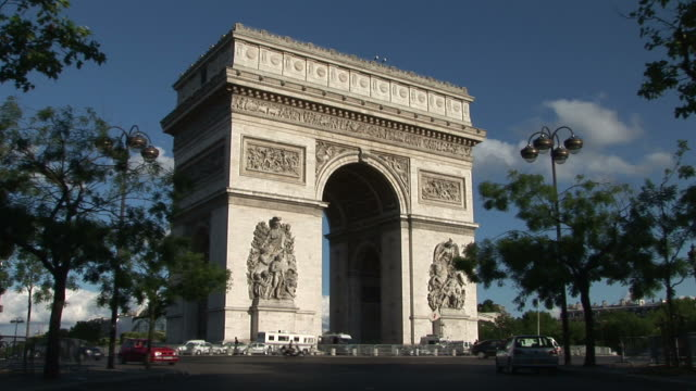 vídeos de stock, filmes e b-roll de parisview of arc of triumph in paris france - arco triunfal