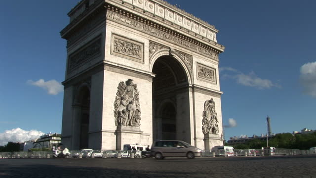 parisview of arc of triumph in paris france - 凱旋門点の映像素材/bロール