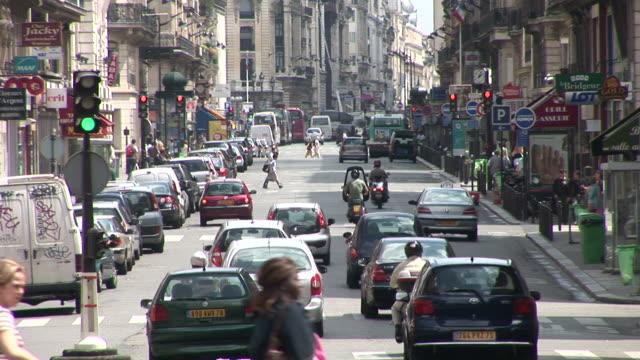 vidéos et rushes de parisview of city street in paris france - se garer