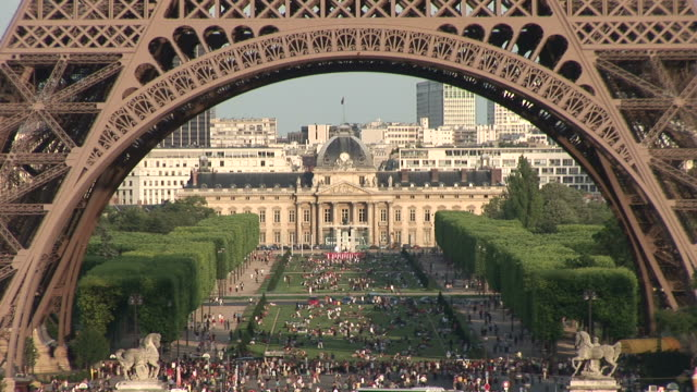 parisview of eiffel tower archway in paris france - offiziersschule école militaire stock-videos und b-roll-filmmaterial