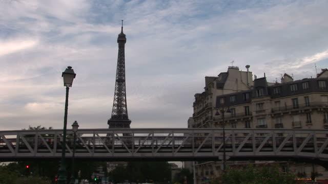 vídeos de stock, filmes e b-roll de parisview of metro railway bridge and eiffel tower in paris france - tempo real