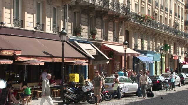 vidéos et rushes de parisview of shops in city street of paris france - se garer