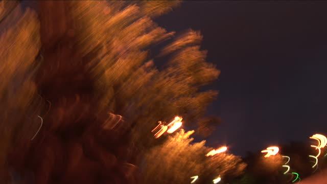 vidéos et rushes de parisview wildly shaking of arc of triumph at night in paris france - arc élément architectural