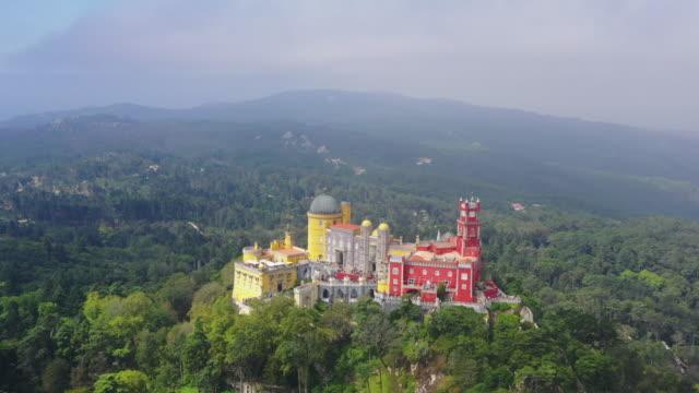 park and national palace of pena (palacio nacional da pena) / sintra, portugal - gebirgskamm stock-videos und b-roll-filmmaterial