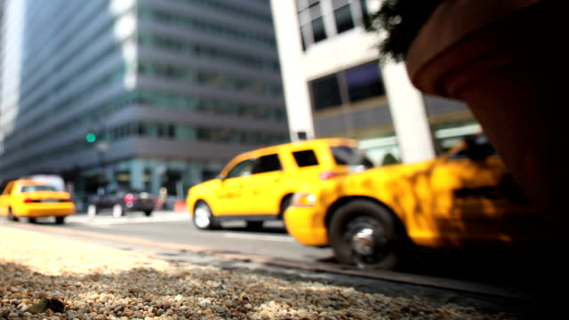 vidéos et rushes de park avenue, new york city taxi (tilt shift) - yellow taxi
