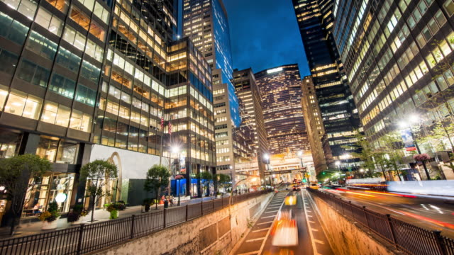 stockvideo's en b-roll-footage met park avenue rush hour in de schemering new york city - metlife building