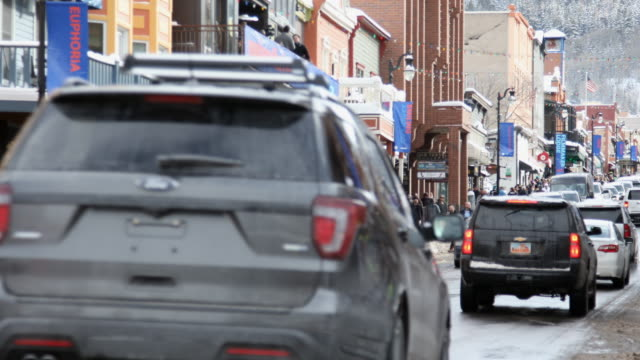 stockvideo's en b-roll-footage met park city main street during sundance film festival with line of cars - sundance film festival