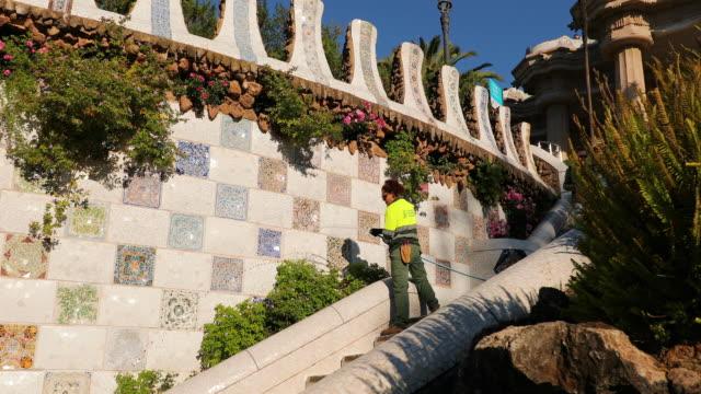 vídeos y material grabado en eventos de stock de park guell plant watering, barcelona, spain - regar