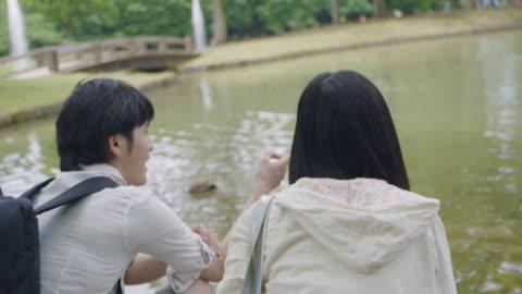 vidéos et rushes de parc japonais jeune couple tokyo japon. - étang