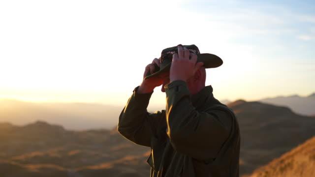 日没時に帽子をかぶったパークレンジャー - 公園保安官点の映像素材/bロール