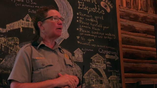 park ranger talking to tourists on safety when encounter bears at the katmai national park visitor center, alaska. - 公園保安官点の映像素材/bロール
