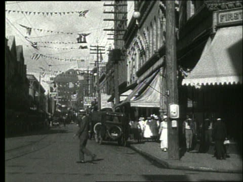 vídeos y material grabado en eventos de stock de b/w parked cars and people on honolulu street / 1919 / no sound - 1910 1919
