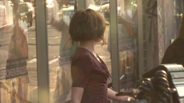 parker posey at the 'broken english' new york premiere at landmark sunshine cinema in new york, new york on june 18, 2007. - ランドマークサンシャインシアター点の映像素材/bロール