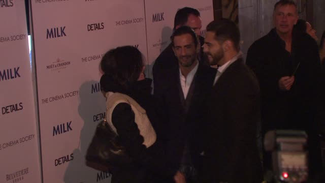 parker posey, marc jacobs and guest at the 'milk' premiere at new york ny. - デザイナー マーク・ジェイコブス点の映像素材/bロール